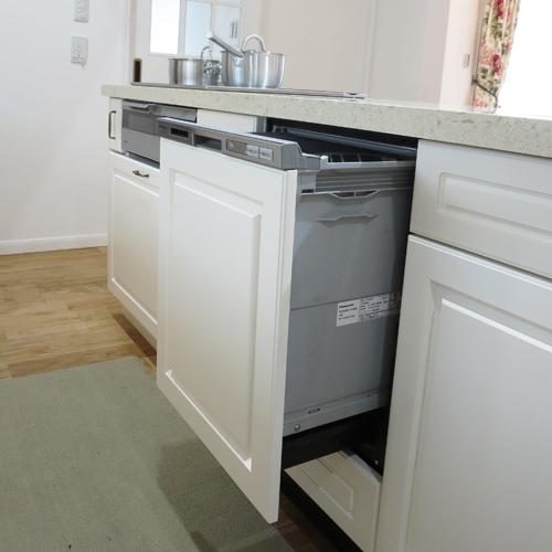 キッチンの扉材を取り付けました