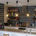 おしゃれなキッチンタイルメーカーとメーカー横断で探せる無料ツールを紹介します。